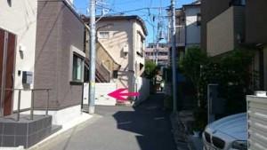 道が狭くなるところを左に曲がります